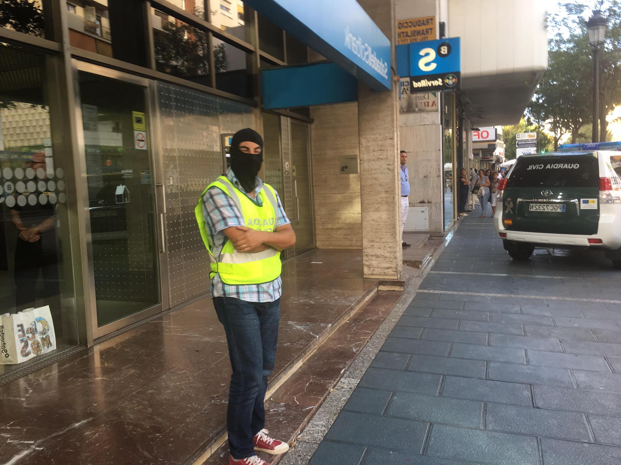 Banco Sabadell Marbella E9dx Un Agente De La Guardia Civil Encapuchado Custodia La Sede