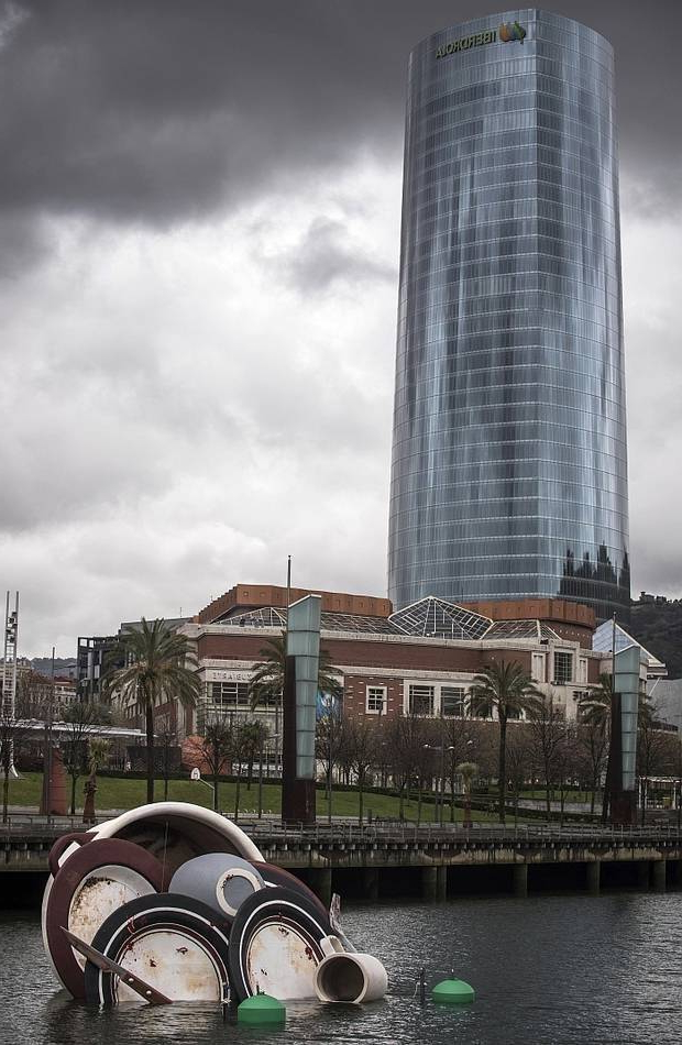 La Vajilla Bilbao S5d8 Una Vajilla Sucia Flotando En La RÃ A Pone El Acento En El Uso