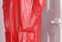 Mantel Pvc Zwdg Junges MÃ Del Im Rotem Pvc Mantel Raincoatsforwomen Raincoat