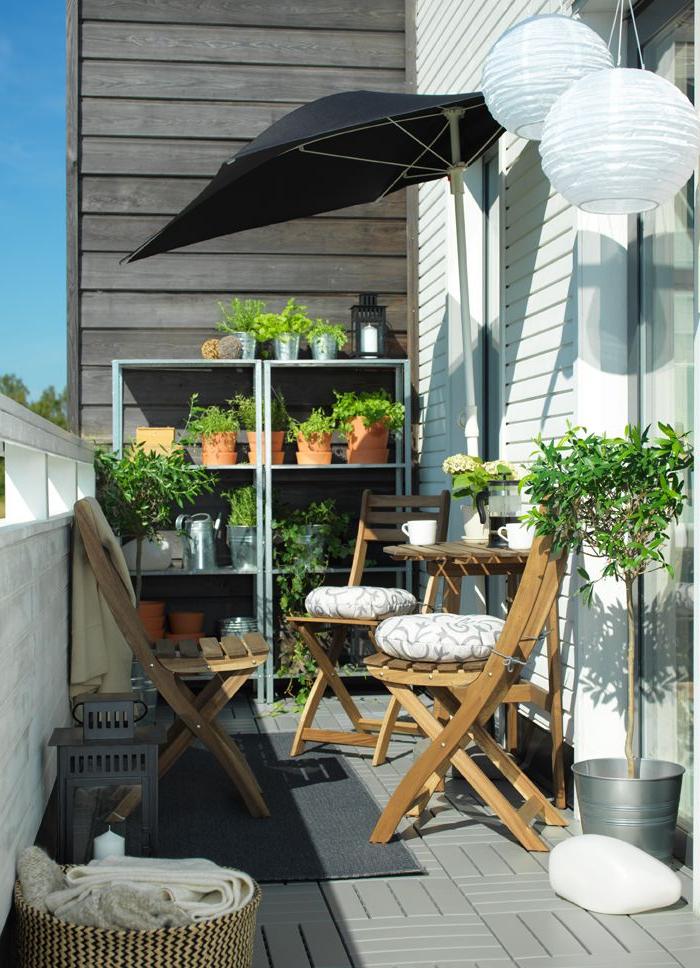 Mesa Balcon Ikea Thdr Un Balcà N Estrecho Con Una Mesa Y Sillas De Madera Al sol Detrà S Se