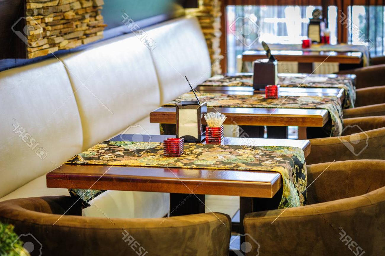 Mesas De Restaurante D0dg Interior Moderno Del Restaurante Con Mesas Y sofà S Fotos Retratos