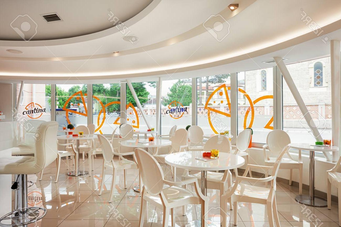 Mobiliario Cafeteria H9d9 Interior De Un Moderno Bar Cafeterà A Mobiliario Futurista Blanco