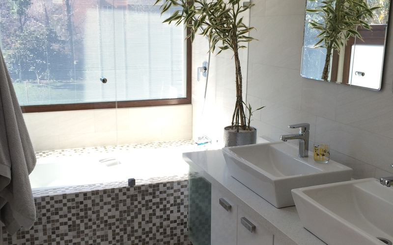 Muebles De Baño Blancos Zwd9 Roomlab Baà O Moderno Blanco Y Negro Con Mural Decorativo Diseà Ado