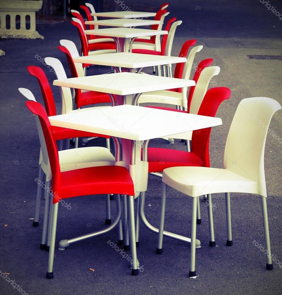 Sillas Rojas 4pde Sillas Rojas Y Blancas Con Tablas En Un Cafà Al Aire Libre En El