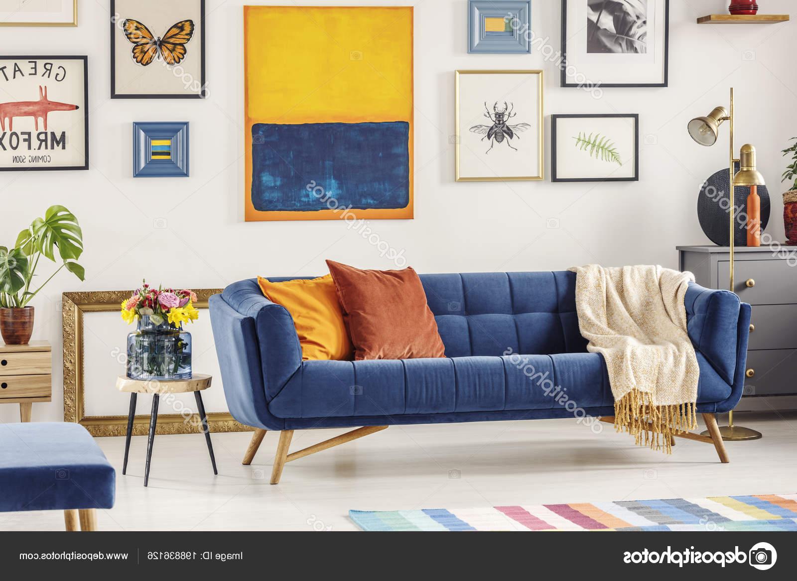 Sofa Azul Marino S5d8 Foto Real sofà Azul Marino Con Una Manta Almohadas Naranja Foto De