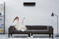 Sofa Bajo J7do Mujer Joven Cubierta Con Manta En El sofà Bajo El sol De Hielo Que Cuelga En La Pared