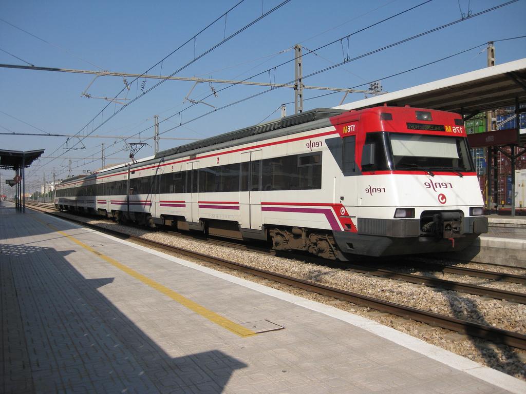 Tren Silla Valencia D0dg Tren De Cercanà as De Renfe Efectúa Parada En La Estacià N D Flickr